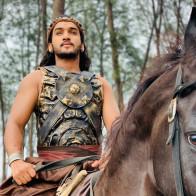"""""""Hoàng tử vũ công"""" của Bollywood chấn thương nghiêm trọng khi ngã ngựa trên phim trường"""